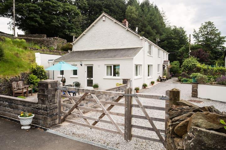 No 1 Tan yr Eglwys - Rhos - House