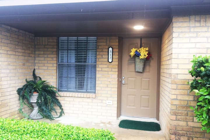 Cozy home in  Aggieland Brentwood