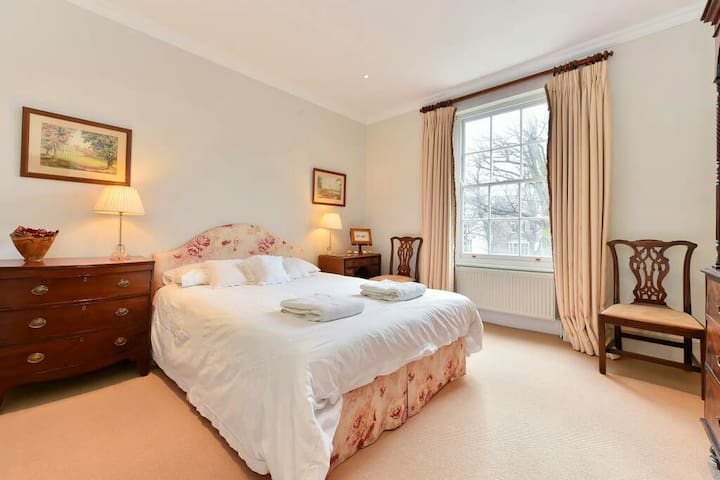 Charming ensuite in Clapham with parking