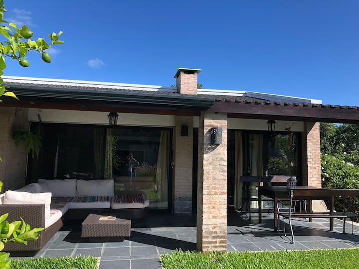 Casa de huéspedes c/entrada independiente completa