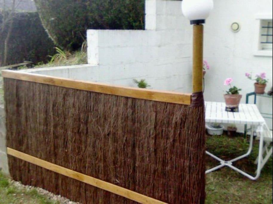La terrasse et sa séparation.