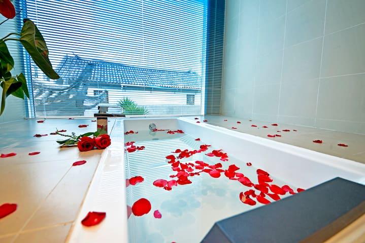 大理古城阳光落地窗浴缸房• 楼顶可看苍山+免费洗衣机(二楼)