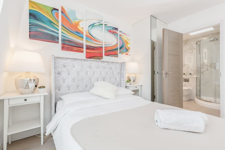 Designer Apartment in South Bank Central London F5