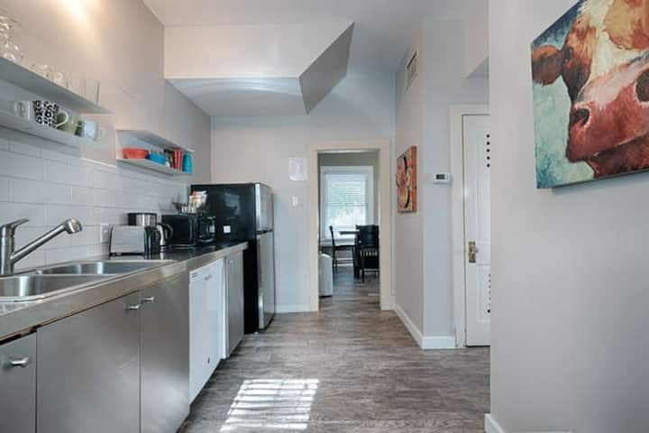 DOWNTOWN AUSTIN-2 BLOCKS FROM 6thST-1bed/1ba for 2