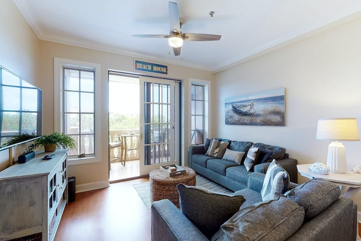 Resort condo has easy access to beach & shared pools - snowbirds welcome!