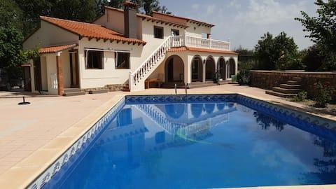 Deze vakantievilla met groot zwembad heeft 4 slaapkamers en is geschikt voor 8 personen, ideaal voor 1 of 2 gezinnen. Ayora ligt in 1 van de mooiste vallei van spanje Het huis grenst aan prachtig natuurgebied
