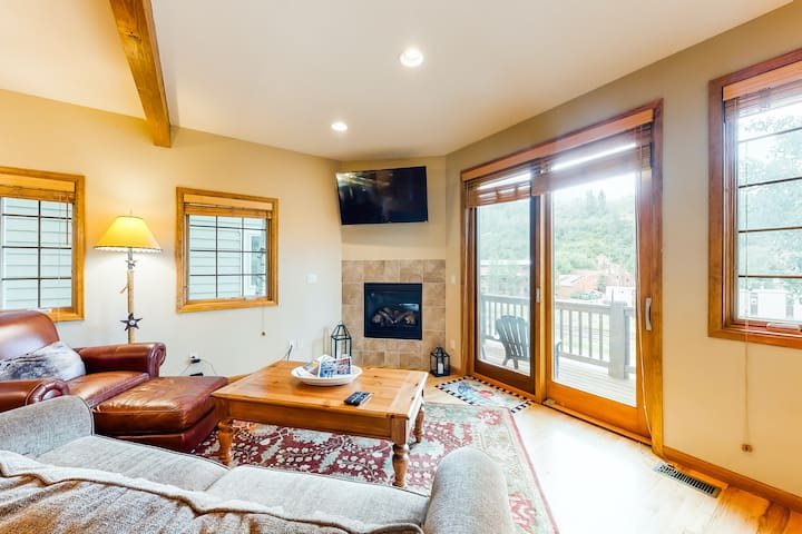 New listing! Family condo w/gas fireplace & AC - walk downtown, minutes to Vail!