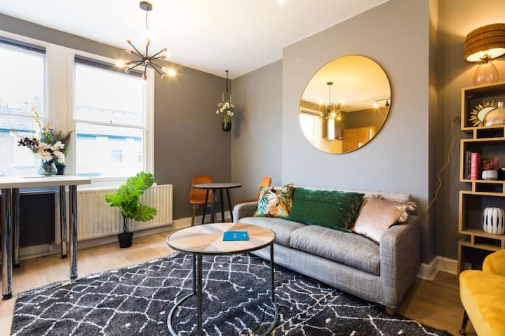 Colourful Apartment with Balcony in Hammersmith