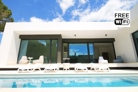Modern villa with pool and garden - Escala