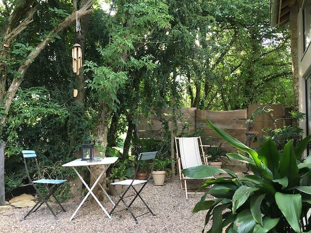 The green house, jardinet privatif et clôs.