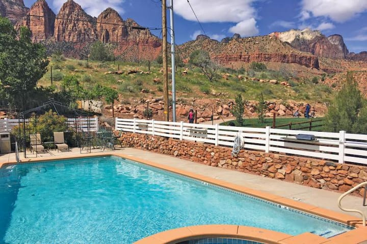 Reduced Rates! Comfy Unit for 4, Pool, Breakfast