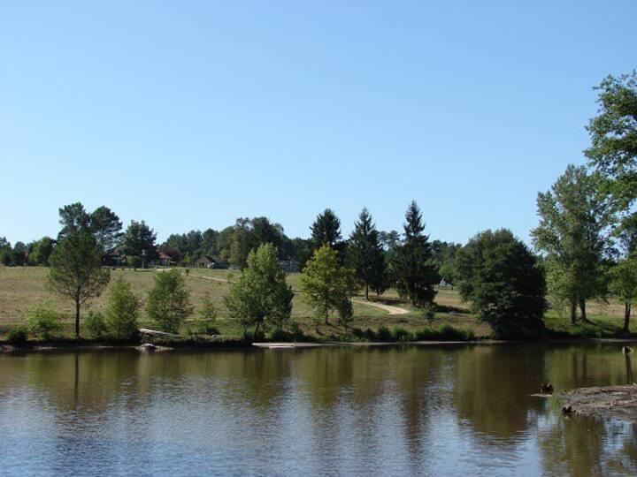 Mobil home vue sur lac privé. Pêche.