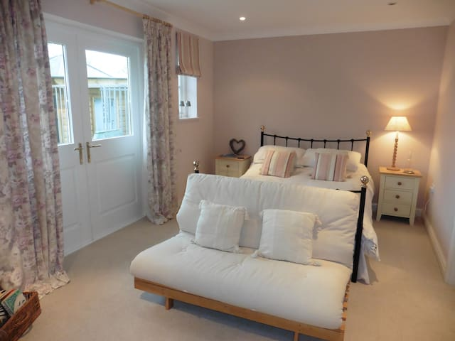 Private flat -large bedroom, ensuite, kitchen. - Saint Austell