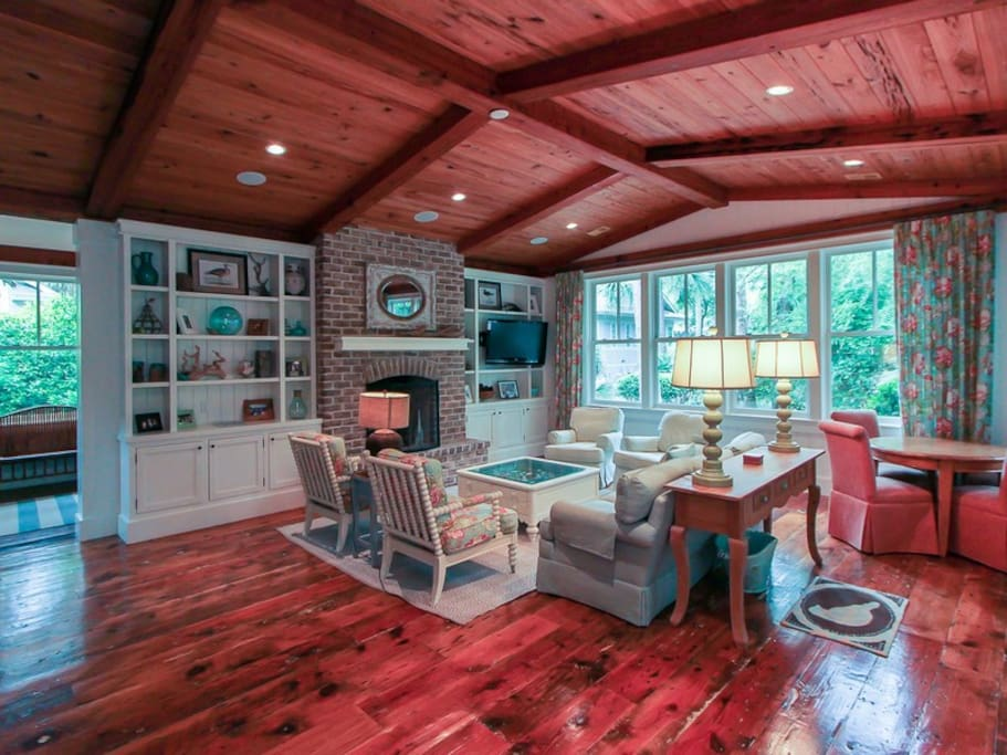 6 Spotted Sandpiper - Living Room with Beautiful Wood Beams
