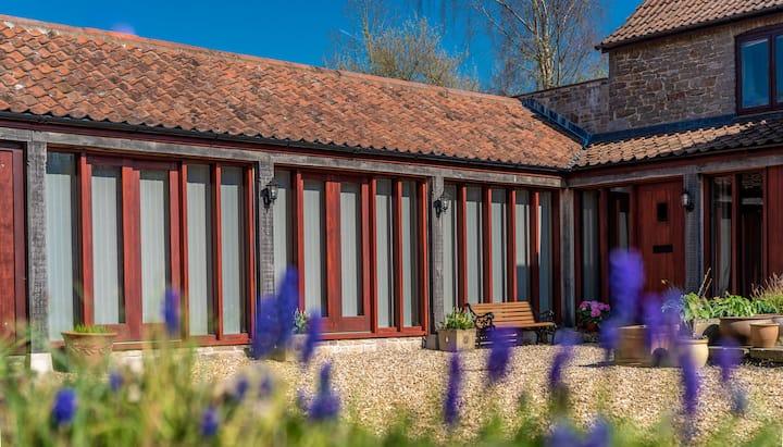 Lodge farm annexe. Country retreat. Hot tub.