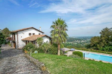Vue panoramique + grande piscine - Ascain - Bed & Breakfast