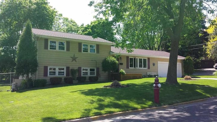 Clean & Comfy 4BR/2BA, w/Full Kitchen and Deck