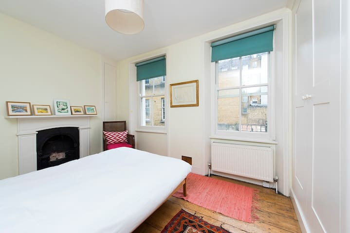 Bright Cosy Bedroom in Mayfair close to Green Park