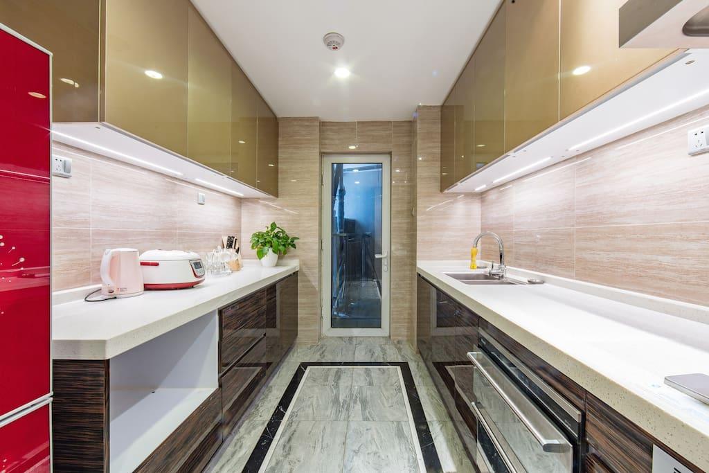 宽敞整洁的厨房,让您有机会充分发挥主厨才能