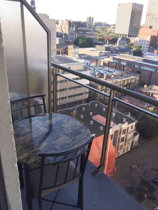 Balcon en hauteur accomodé avec une table et  2 chaises