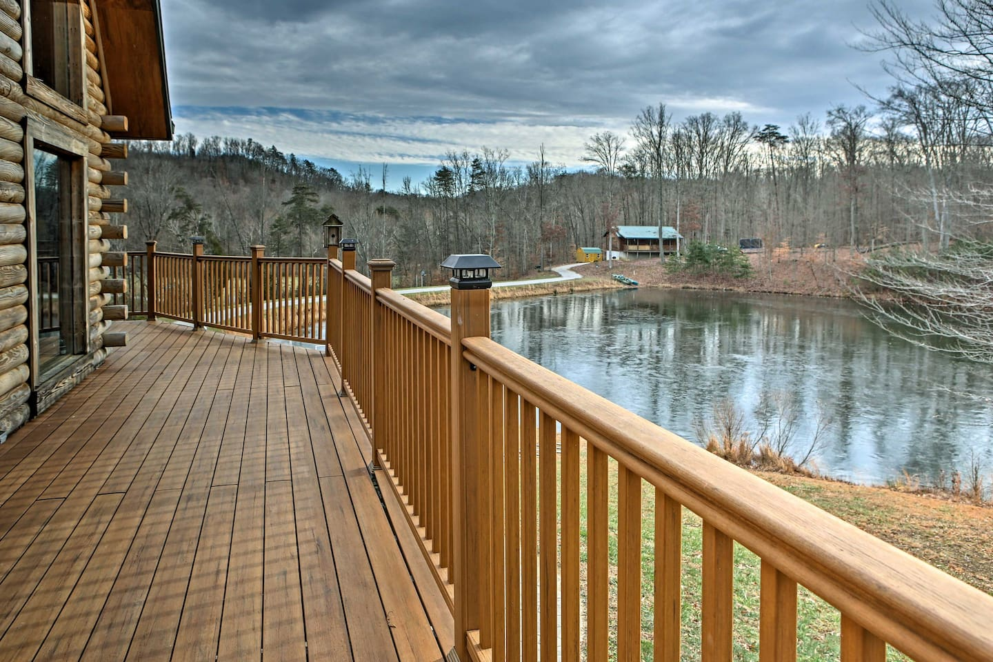 'Heavenly Hills Lodge' features a pool table, gorgeous views, and private lake!