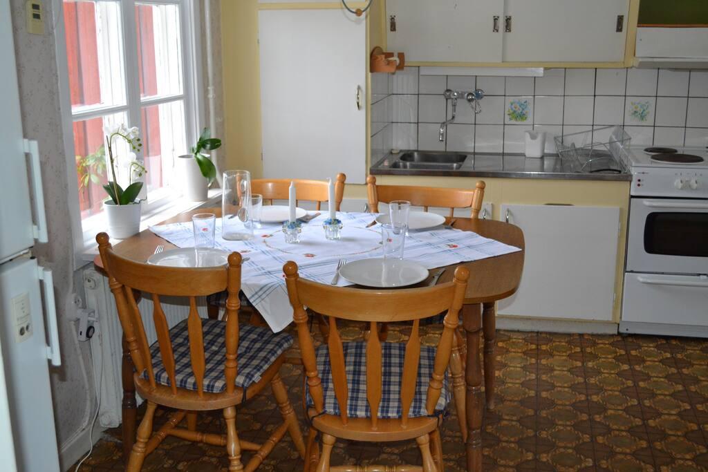 Matplats med rum för 4-6 personer.  The kitchen table fits 4 to 6 people.