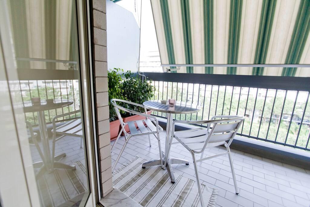 Ogni camera dispone di un balcone privato arredato come in foto.