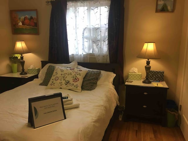 Near Airport: Sunny room w/ comfy Queen Bed & HDTV
