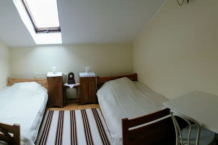 Przytulny pokój z dwoma łóżkami.