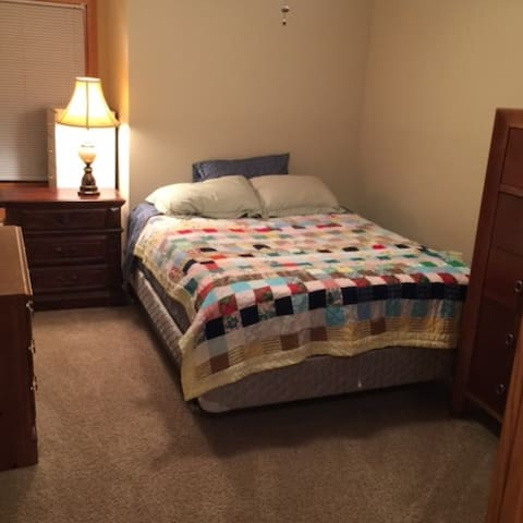 Bedroom & shared bath (Taft) - Chaska - Huis