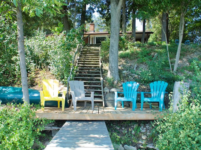 Vintage 77 - Pet-friendly Waterfront Cottage on Roblin Lake with Canoe - short drive to Wellington
