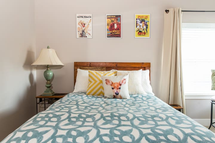 Spacious room with double bed, TV + Roku/Netflix. Located right nex to guest bathroom.
