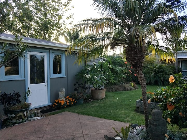 Sunny Self-contained Cabin in Private Garden