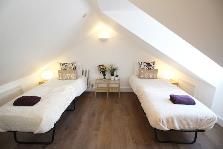 Lovely Attic Room near Victoria Station