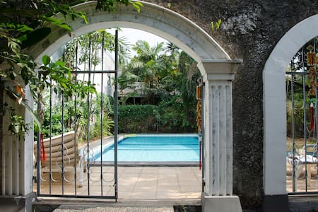 Room in large townhouse located in a quiet gated area with green surroundings. Located in the center of South Jakarta, minutes from most embassies, offices and mall. Private garden with pool. Private room with kingsize bed, 3 shared bathrooms.
