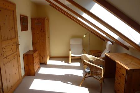 Cosy bright private room - House