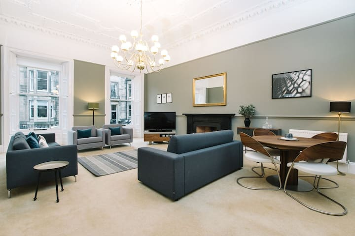 Palmerston Place Residence: Luxury City Centre Apt with Private Parking