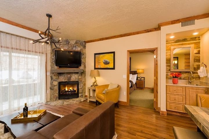 Canyons Village 2BR Condo Ski- in/ Ski-out