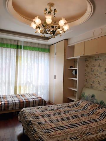 【米家民宿——驿途上,您的家!】温馨家庭1号房:双人床+儿童床。wifi信号、电脑。