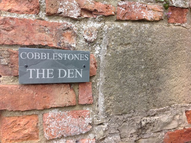 The Den is a converted workshop - Crakehall - Srub
