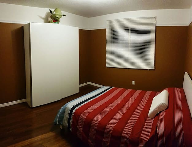 Cozy room with private washroom - Oshawa