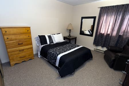 Gorgeous Bedroom feels like home W/ a great view - Sudbury - Apartmen
