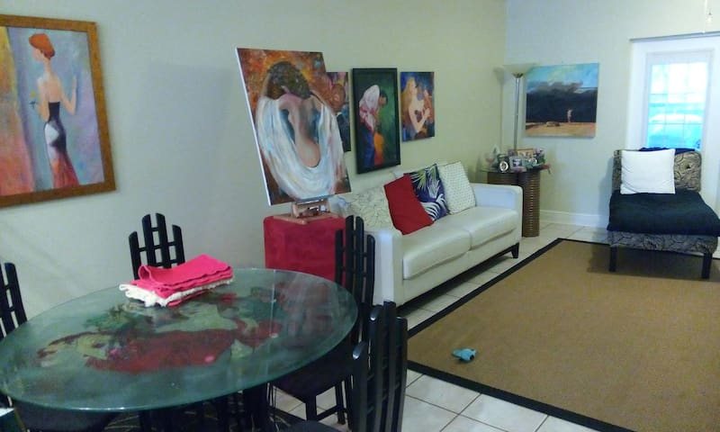 Private Room/Bath in Artsy Centrally Located T/H - Tampa - Townhouse