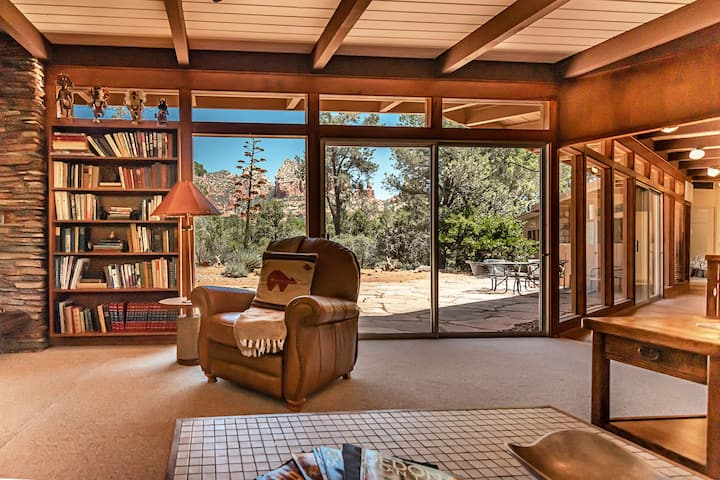 Secluded charmer in the middle of Uptown offers privacy and quiet with great views from the back patio! (Guest house on premises) APACHE - SO13