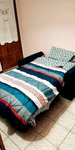 Sofá cama de una plaza y media.