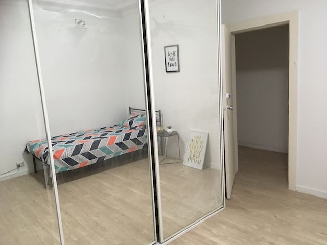 New Room in share house near east hills station - Lugarno - Hus
