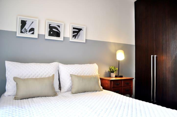 Descansa y relájate - habitación matrimonial con mucha iluminación y clóset.