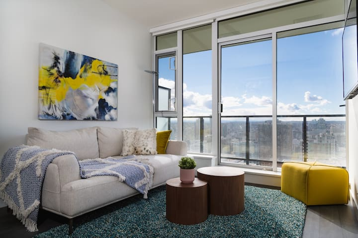 1BD Cozy DT Condo With Spectacular Mountain Views