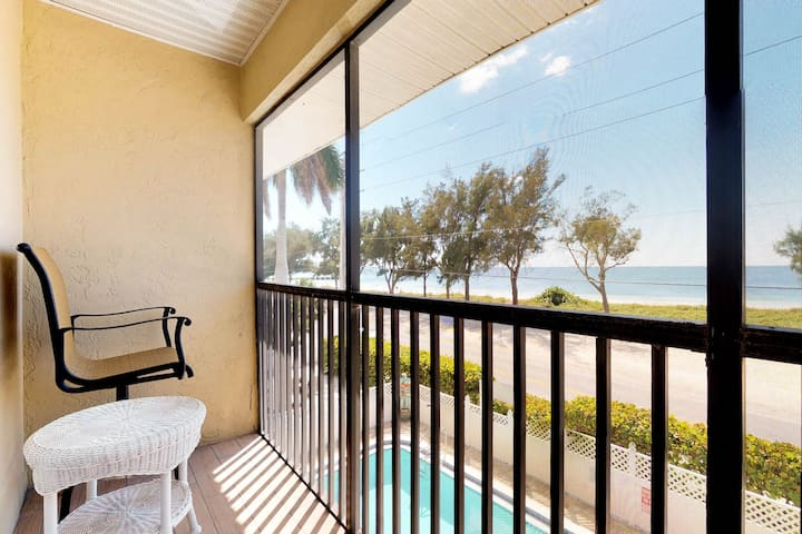 Oceanview condo w/shared pool, across the street from the beach