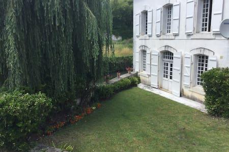 Maison Du Pont Riverside B+B Bedroom 3~La Riviere - La Rochebeaucourt-et-Argentine - 住宿加早餐